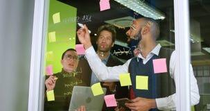 Ledare som diskuterar på glasväggen 4k lager videofilmer