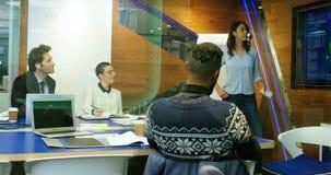 Ledare som diskuterar på skärmen i konferensrum 4k lager videofilmer