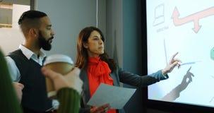 Ledare som diskuterar på skärmen i konferensrum 4k stock video