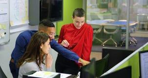 Ledare som diskuterar på skrivbords- PC på skrivbordet 4k lager videofilmer