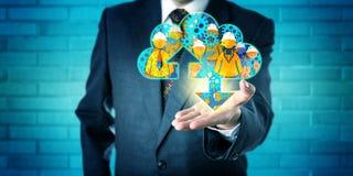 Ledare som erbjuder klarad av service i molnet Fotografering för Bildbyråer