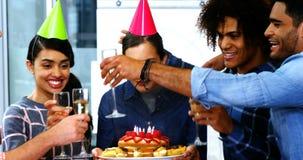 Ledare som firar deras kollegafödelsedag stock video