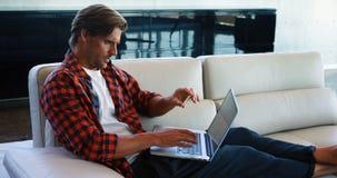 Ledare som gör online-shoppa 4k lager videofilmer