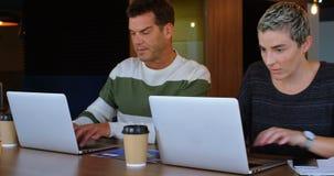 Ledare som i regeringsställning använder bärbara datorn på skrivbordet 4k lager videofilmer