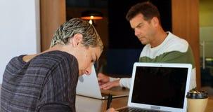 Ledare som i regeringsställning arbetar på skrivbordet 4k arkivfilmer