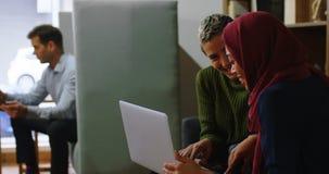 Ledare som i regeringsställning diskuterar över bärbara datorn 4k arkivfilmer