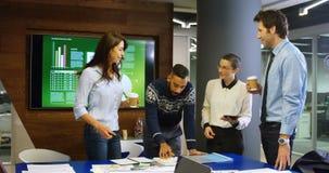 Ledare som påverkar varandra med de i konferensrum 4k arkivfilmer