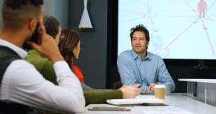 Ledare som påverkar varandra med de i konferensrum 4k lager videofilmer
