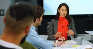 Ledare som påverkar varandra med de i konferensrum 4k stock video