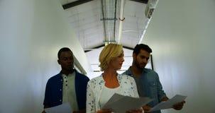 Ledare som påverkar varandra med de, medan gå i korridor lager videofilmer