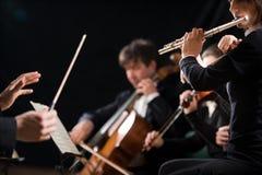 Ledare som riktar symfoniorkesteren arkivfoto