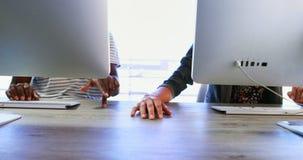 Ledare som rymmer händer, medan arbeta på skrivbordet 4k lager videofilmer