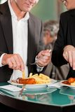 Ledare som tillsammans äter läckert mål Arkivbilder