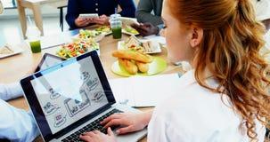 Ledare som tillsammans arbetar i kafeterian stock video