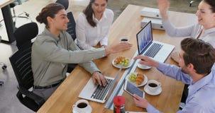 Ledare som tillsammans arbetar på skrivbordet 4k stock video