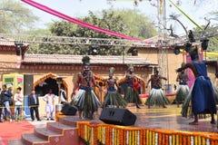 Ledare: Surajkund Haryana, Indien: Februari 06., 2016: Lokala konstnärer från afrikansk gujratgemenskap som utför danskonster Arkivfoto