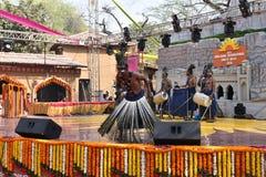 Ledare: Surajkund Haryana, Indien: Februari 06., 2016: Lokala konstnärer från afrikansk gujratgemenskap som utför danskonster Royaltyfri Bild
