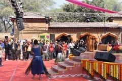 Ledare: Surajkund Haryana, Indien: Februari 06., 2016: Lokala konstnärer från afrikansk gujratgemenskap som utför danskonster Royaltyfria Foton