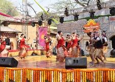 Ledare: Surajkund Haryana, Indien: Februari 06., 2016: Lokala konstnärer från Assam som utför dans i den 30th internationalen, ti Arkivbild
