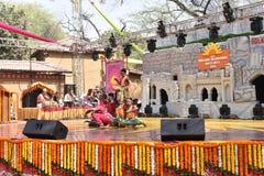 Ledare: Surajkund Haryana, Indien: Februari 06., 2016: Lokala konstnärer från Karnataka som utför dans i den 30th internationalen Fotografering för Bildbyråer