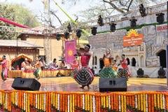 Ledare: Surajkund Haryana, Indien: Februari 06., 2016: Lokala konstnärer från Karnataka som utför dans i den 30th internationalen Arkivbild