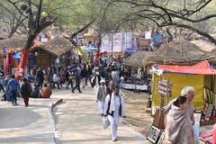 Ledare: Surajkund Haryana, Indien: Folket som tycker om i den 30th internationalen, tillverkar karneval Royaltyfri Fotografi