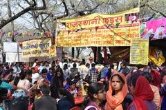 Ledare: Surajkund Haryana, Indien: Folket som tycker om i den 30th internationalen, tillverkar karneval Arkivbild