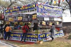 Ledare: Surajkund Haryana, Indien: Folket som ut kontrollerar, shoppar i den 30th internationella hantverkkarnevalet Royaltyfri Fotografi