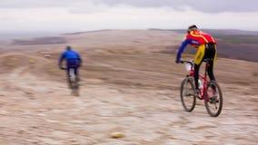 ledare Ungt yrkesmässigt springa för cyklister som är snabbt arkivfilmer