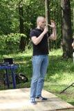 Ledaren av vänstersidaframdelen Sergei Udaltsov på ett möte av aktivister i den Khimki skogen Arkivfoto