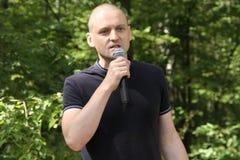 Ledaren av vänstersidaframdelen Sergei Udaltsov på ett möte av aktivister i den Khimki skogen Arkivfoton