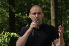 Ledaren av vänstersidaframdelen Sergei Udaltsov på ett möte av aktivister i den Khimki skogen Royaltyfri Foto