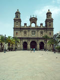 Ledaren domkyrkan av Santa Ana ses med turister i Ve royaltyfria bilder