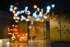 Ledd belysningljuskronalampa i modern kommersiell byggande hotellkorridor arkivfoto