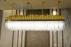 Ledd belysningljuskronalampa i modernt kommersiellt byggande hotell fotografering för bildbyråer