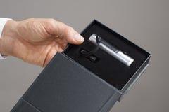LEDD ficklampa i den svarta asken Arkivfoto