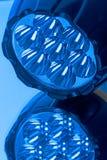 LEDD ficklampa i ett blått ljus Arkivbilder