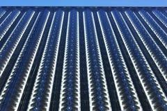 Ledd gardinvägg av modern kommersiell byggnad arkivfoto