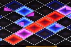 Ledd gardinvägg, nattbelysning av modern kommersiell byggnad arkivfoto