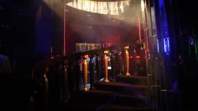 Ledd ljus garnering i baren arkivfilmer