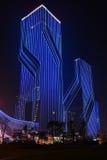 Ledd nattbelysning av den kommersiella byggnadsgardinväggen royaltyfri foto