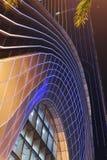 Ledd nattbelysning som används på den moderna byggnadsgardinväggen royaltyfri fotografi