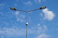 LEDDE gatalampor med energi-besparing teknologi, moln på dagsljusbakgrund för blå himmel Arkivbilder