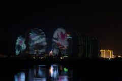 LEDDE ljus på byggande av Sanya, upplysta byggnader, unik modern design Royaltyfria Bilder