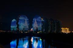 LEDDE ljus på byggande av Sanya, upplysta byggnader, unik modern design Royaltyfria Foton