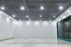 Ledde takljus på modernt kommersiellt byggnadstak royaltyfri foto