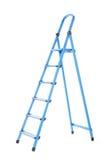 Ledder útil, alto y azul, aislado en un fondo blanco Renovación Una escalera de paso para la reparación Imagen de archivo libre de regalías