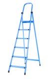 Ledder útil, alto y azul, aislado en un fondo blanco Renovación Una escalera de paso para la reparación Imágenes de archivo libres de regalías