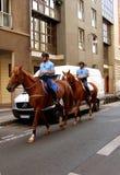 Leden van de bereden politie die op de straten van Parijs patroling Stock Foto's