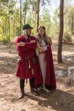 Leden van de jaarlijkse wederopbouw van het leven van de Vikingen - het stellen van ` Viking Village ` voor fotografen in het bos Stock Foto's